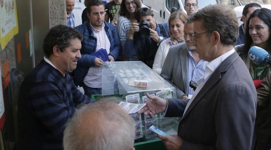 Feijóo comprando un cupón en Santiago de Compostela