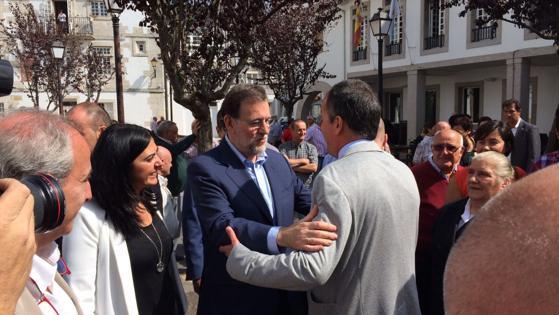 Rajoy en Mondoñedo, junto a la alcaldesa de la localidad lucense, Elena Candia, y presidenta del PP provincial de Lugo, saludando al anterior alcalde popular Luis Rego