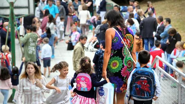 Los niños se agolpan a la entrada de una escuela