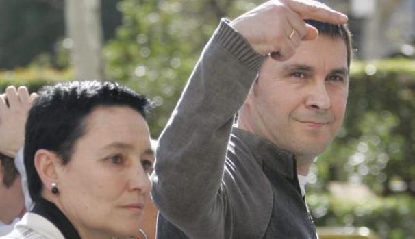 Jone Goirizelaia, abogada de ETA, junto a Otegui, en una foto de archivo
