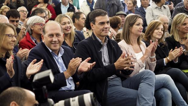 Pedro Sánchez, entre la alcaldesa de Lugo y el candidato socialista a presidir la Xunta, en un mitin este martes