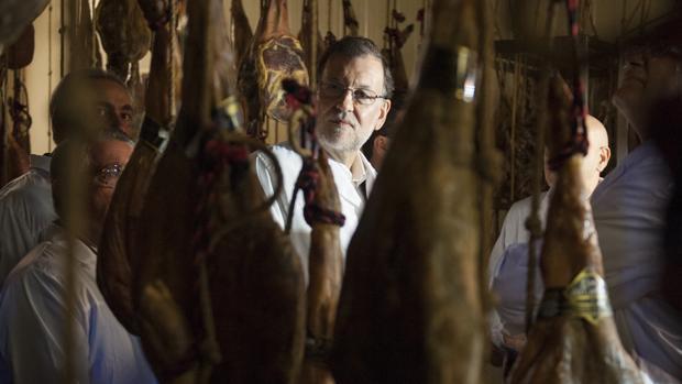El presidente en funciones, Mariano Rajoy, durante su visita a un secadero de jamones en A Cañiza (Pontevedra)