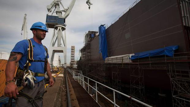 Un empleado de Navantia en el astillero de la compañía de Ferrol