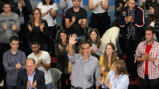 El secretario genenal del PSOE junto a Leiceaga y Cancela en el mitin de Santiago