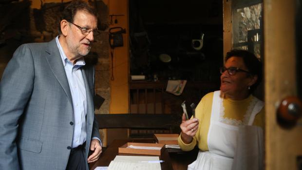 El presidente en funciones habla con doña Hermina, en su tahona de Ribadavia