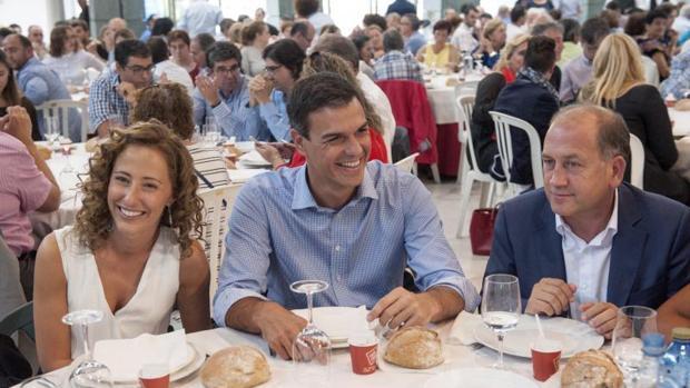Pedro Sánchez, junto al candidato Leiceaga y Noela Blanco, en una comida-mitin en Orense