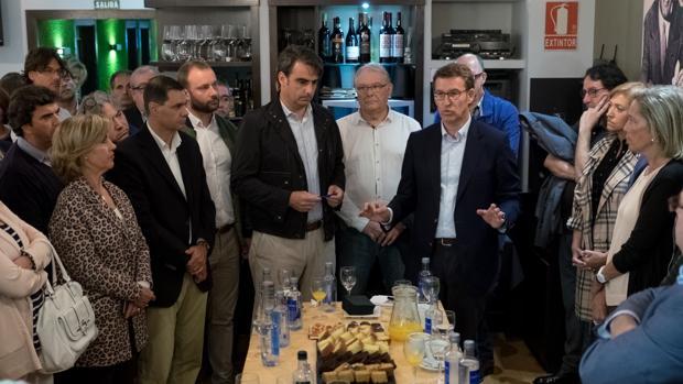El presidente de la Xunta, Alberto Núñez Feijóo, con el presidente del PP de A Coruña, Diego Calvo