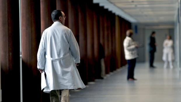 Un profesional camina por el interior del hospital de Lugo