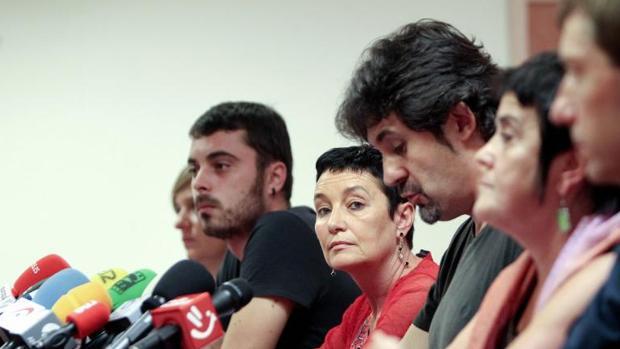 Jone Goirizelaia, en el centro, con otros miembros de Bildu
