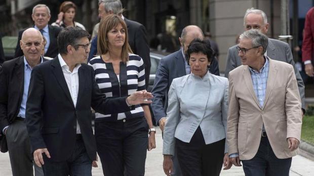 Patxi López e Idoia Mendia, junto a los exconsejeros del PSE de varios gobiernos vascos