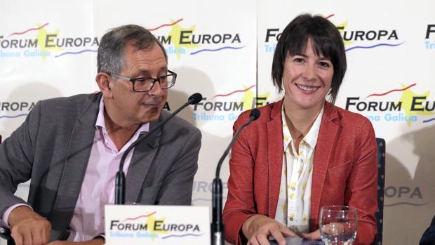 La candidata del Bloque, Ana Pontón, con el alcalde de Carballo, Evencio Ferreiro