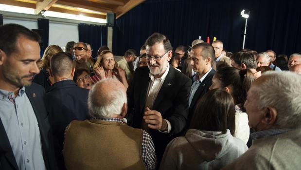 Mariano Rajoy, durante su paseo la localidad pontevedresa