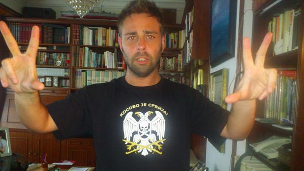 El candidato de Ciudadanos, Antonio Lodeira, alias «Toni el Serbio», posa con uno de los lemas ultra