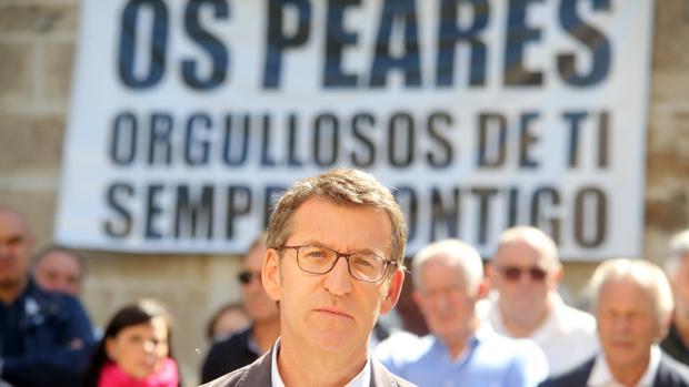 Feijóo ha intervenido delante de una pancarta preparada por sus vecinos