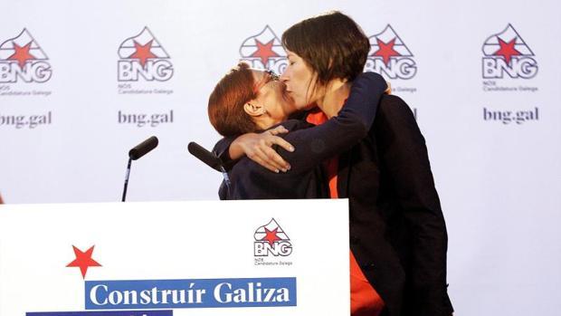 Ana Pontón (d), candidata a la Xunta de Galicia por el BNG, besa a Rosana Pérez durante el acto en Ferrol
