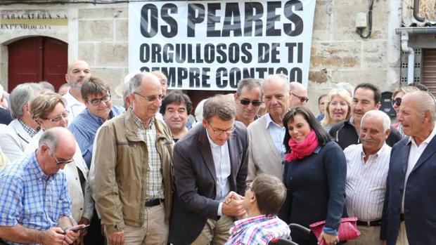 Alberto Núñez Feijóo saludó a sus vecinos y recordó anécdotas con ellos