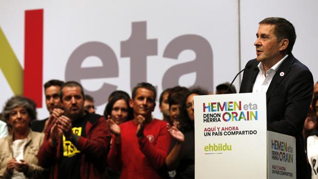 El dirigente de la izquierda abertzale Arnaldo Otegi (d) durante el acto politico de EH Bildu