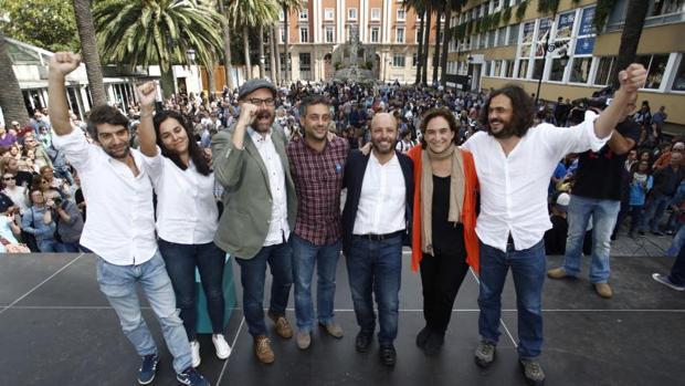 Los alcaldes de las mareas junto a Colau y Villares ayer en La Coruña