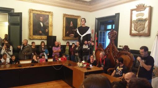 El etarra sentado en la silla del alcalde en el Ayuntamiento de Lequeitio
