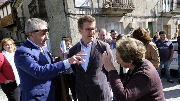 Feijóo, esta mañana durante un paseo electoral por Xunqueira de Ambía