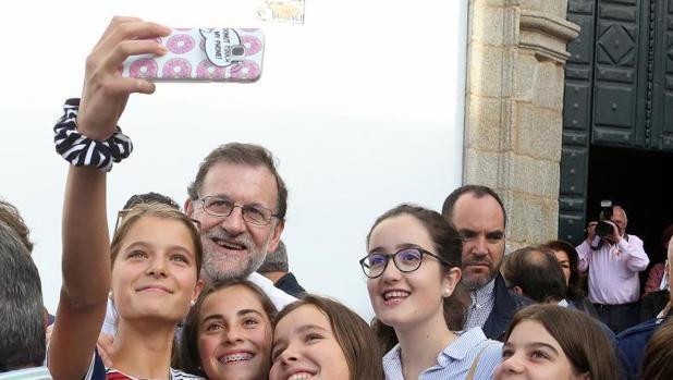 Rajoy se hace un «selfie» con jóvenes en Betanzos