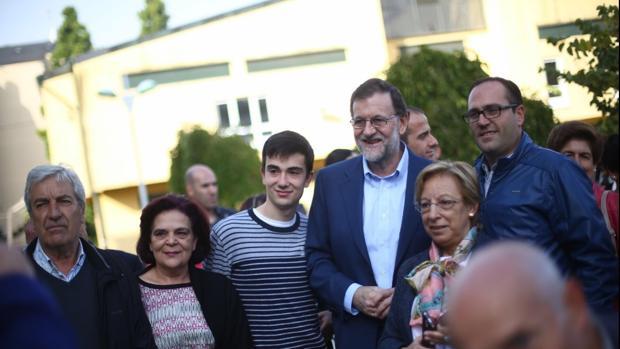 Mariano Rajoy se toma una fotografía con vecinos de la villa lucense de Vilalba