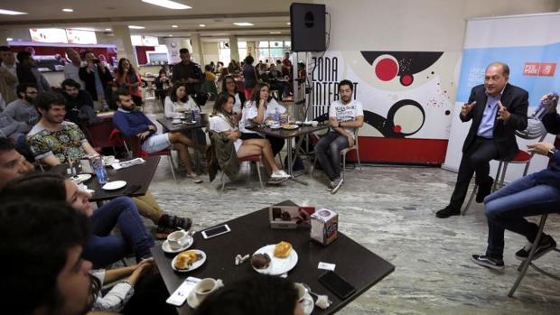 Leiceaga durante un encuentro matinal con jóvenes de al Universidad de Santiago