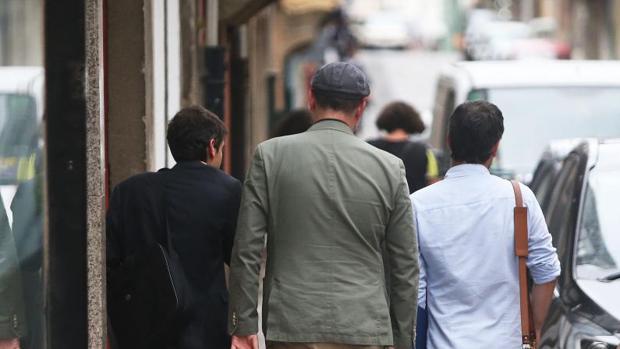 Jorge Suárez, MartiñoNoriega y Xulio Ferreiro caminan juntos por la calle tras una reunión de En Marea