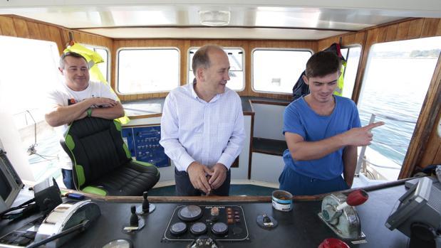 El candidato del PSdeG, Xoaquín Fernández Leiceaga, a bordo de un barco en la ría de Arousa