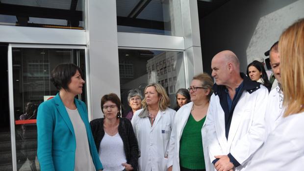 Pontón a las puertas del ambulatorio en el que anunció sus políticas en materia sanitaria, ayer en Compostela