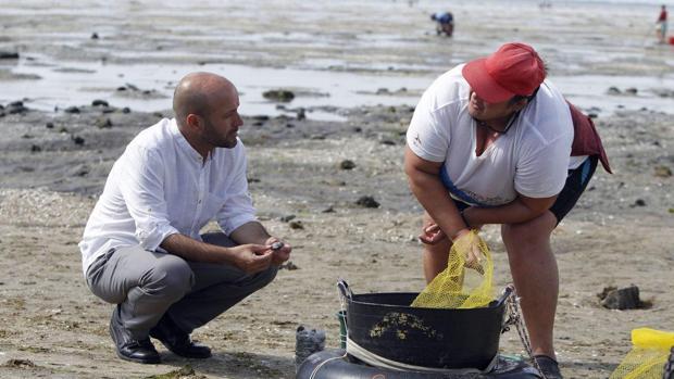 Luís Villares conversa con una mariscadora en Cambados