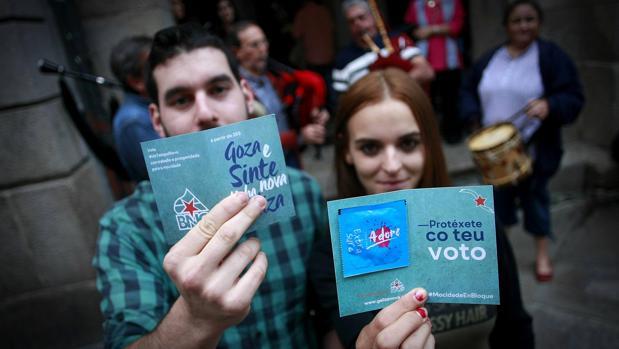Miembros del BNG reparten preservativos con propagando electoral en un mitin en La Coruña