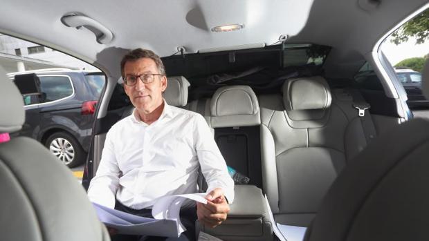 El aspirante del PPdeG a la reelección, en el coche de campaña antes de participar en un mitin en Ames