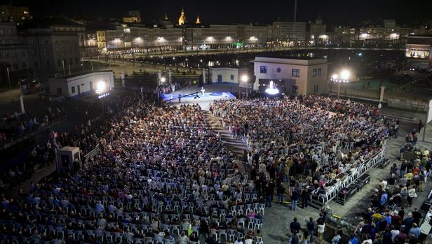 El candidato popular habla para más de 5.000 personas en la explanada del Palexco coruñés