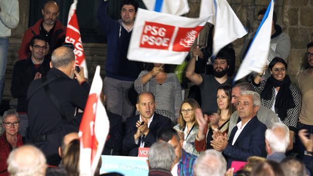 El candidato Leiceaga arropado por los dirigentes lucenses en la Plaza de Santa María