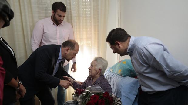 Fernández Leiceaga entrega un ramo de rosas a Josefina Villaverde, militante de 106 años de Cuntis