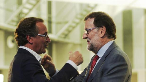 Alonso y Rajoy, este viernes en Vitoria, en el cierre de campaña electoral