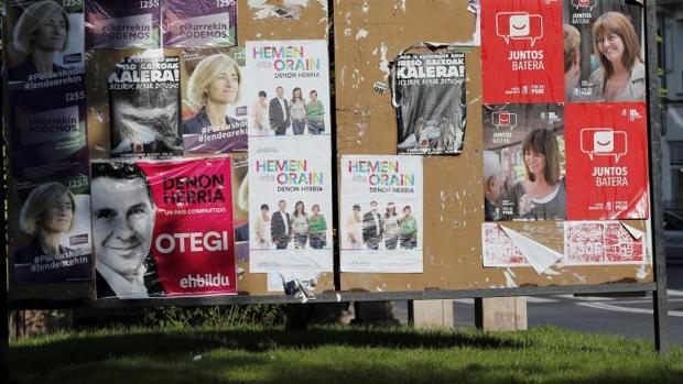 Una valla con diferentes opciones políticas en una calle de Bilbao donde este próximo domingo 25 de septiembre se celebran las elecciones al Parlamento vasco