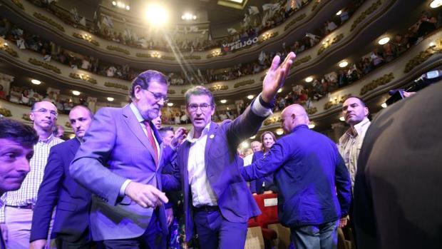 Alberto Núñez Feijóo y Mariano Rajoy entrando al mitin de cierre de campaña, celebrado ayer en Vigo