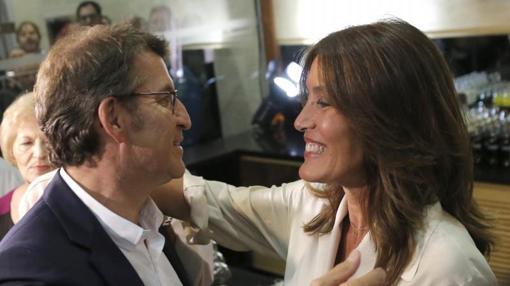 Feijóo celebra la victoria con su novia, Eva Cárdenas