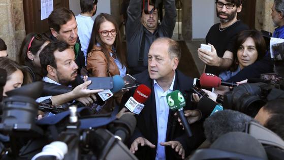 Xoaquín Fernández Leicega comparece ante los medios después de votar en Santiago de Compostela