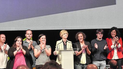 La candidata por Elkarrekin Podemos, Pili Zabala, en el centro