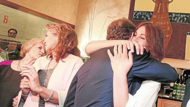 Feijóo abraza a su novia, Eva María Cárdenas