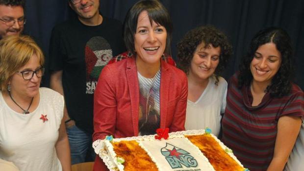 Pontón, con la tarta de cumpleaños del BNG