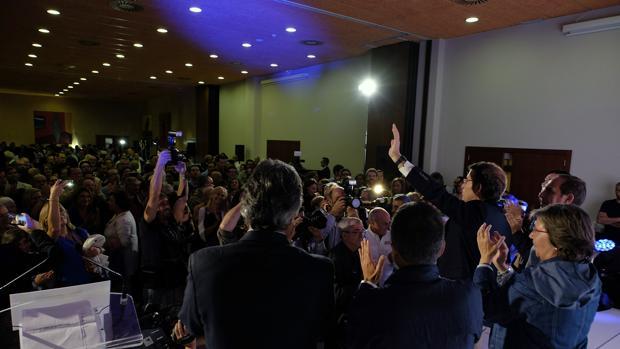 Feijóo y sus colaboradores saludan a la militancia durante la noche electoral
