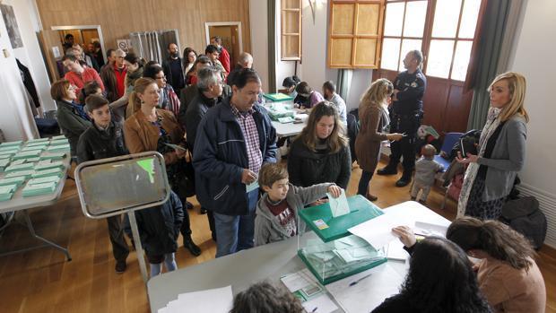 Ciudadanos votando en un colegio electoral