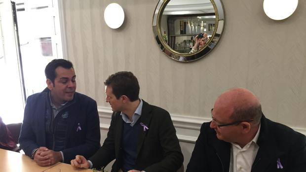 Juan Diego Requena charla con Pablo Casado en presencia del alcalde de Jaén, Javier Márquez
