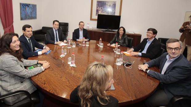 Mesa de negociación entre el PP y Ciudadanos en el Parlamento de Andalucía