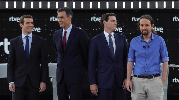 Los cuatro candidatos, antes de comenzar el debate