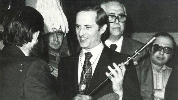 Luis Uruñuela recoge el bastón de mando tras ser elegido alcalde por la Corporación